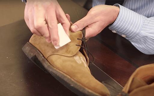 làm sạch giày da lộn bị mốc
